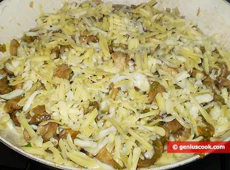 На грибы с пореем насыпан сыр
