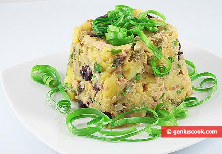 Картофельный салат с тунцом, оливками и корнишонами