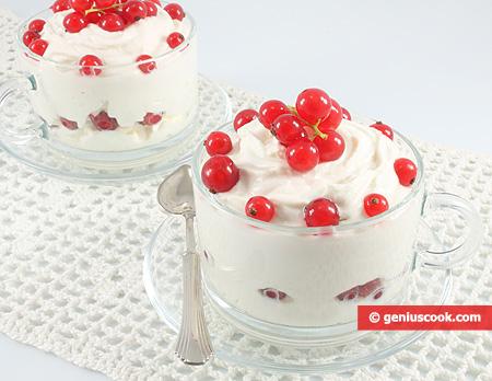 Йогурт с красной смородиной и рикоттой