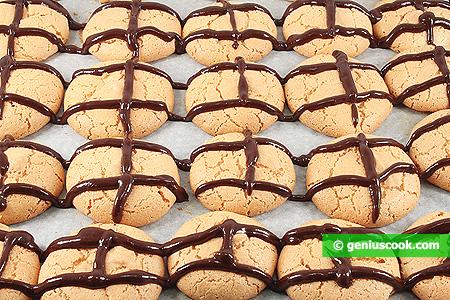 Украшаем печенье шоколадной глазурью