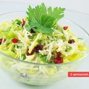 Капустный салат с клюквой и сельдереем