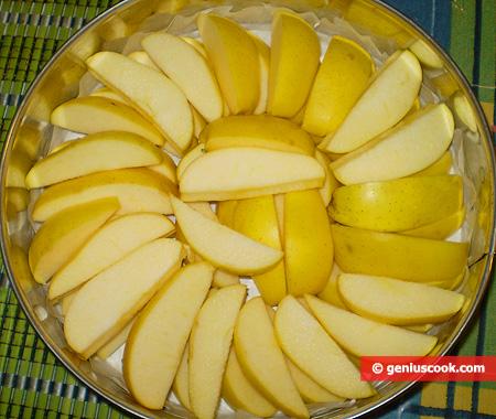 Нарезанные яблоки в форме