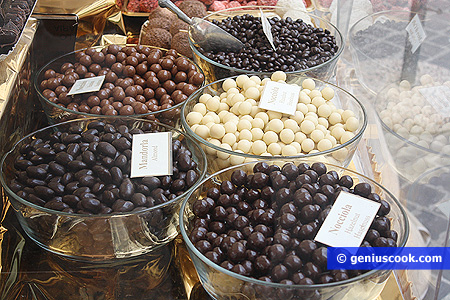 Разные орехи в шоколадной и сахарной глазури