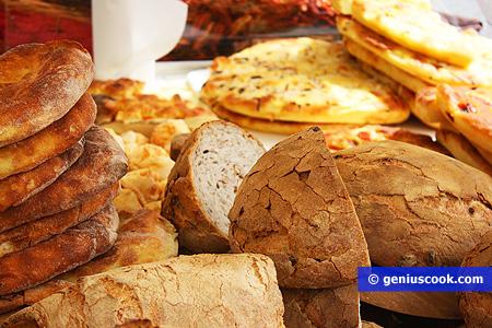 Хлеб, сырные лепёшки и фокачча