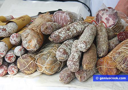 Разные виды Сыровяленых колбас