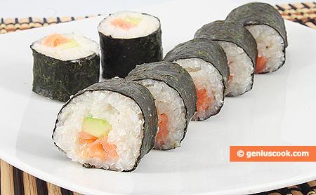 Суши с копчёным лососем и огурцом