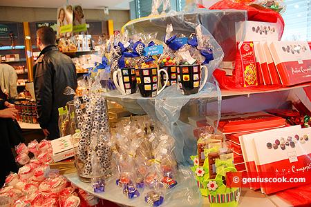 Множество шоколадных мячиков, игрушек, корзинок