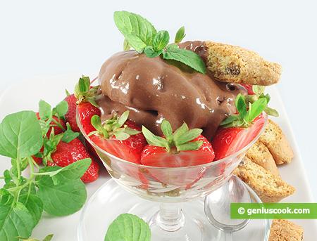 Десерт с шоколадным кремом, клубникой и кантуччини