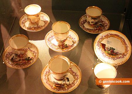 Старинные фарфоровые чашки для горячего шоколада