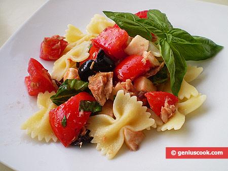 Салат с итальянской пастой и тунцом