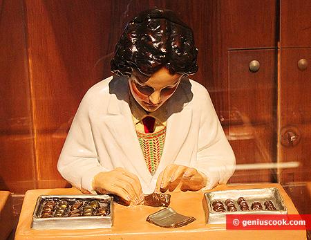 Фигурка шоколадницы за ручной работой