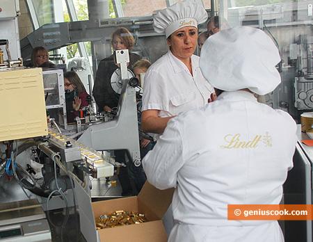 Упакованные шоколадки укладывают в коробки