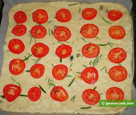 Сверху кладём тонкие ломтики помидоров