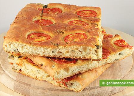 Фокачча с сыром, оливками, розмарином и помидорами