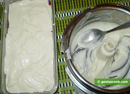 Перекладываем мороженое в форму