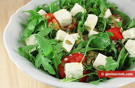 Салат из рукколы с козьим сыром и помидорами