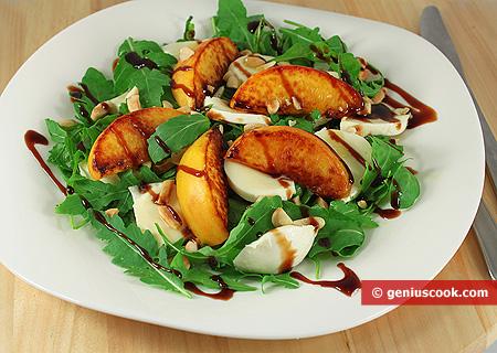 Салат с персиками, рукколой и моцареллой
