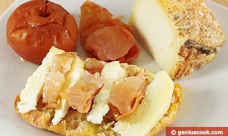 Брускетта с овечьим сыром и печёными яблоками