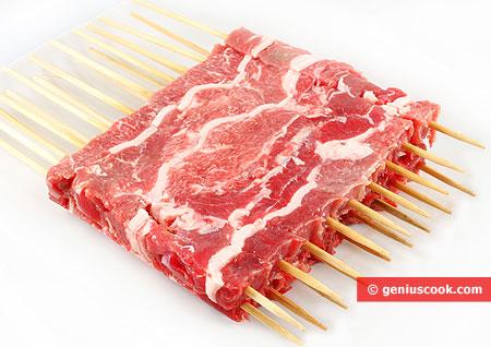 Мясо на шпажках нарезанное для арростичини