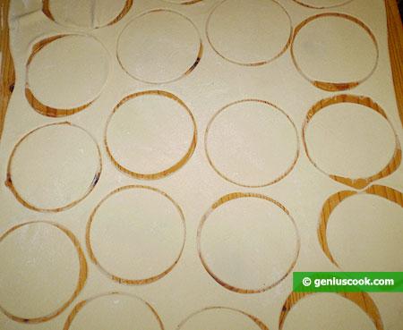 Кружки из теста размером с ладонь