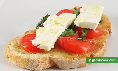 Брускетта с помидорами и козьим сыром