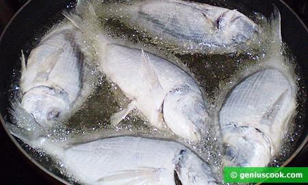 Жарим рыбу в большом количестве масла