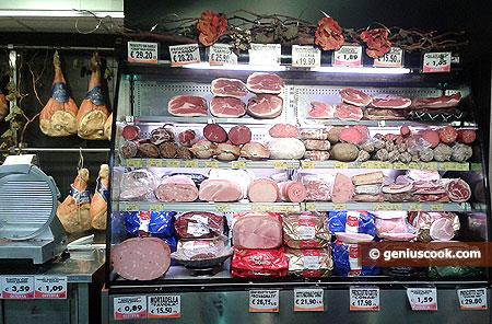 Разные виды прошутто и колбас