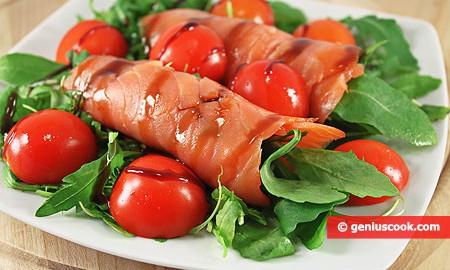 Закуска с копчёным лососем, рукколой и помидорами