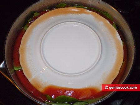Придавливаем перевёрнутой тарелкой