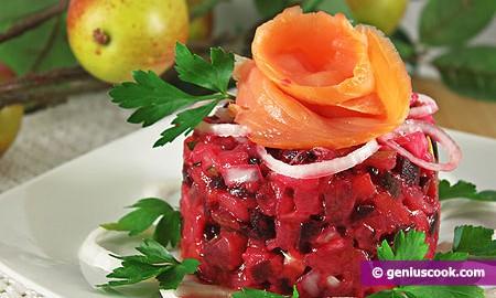 Салат из красной свеклы с яблоками и лососем