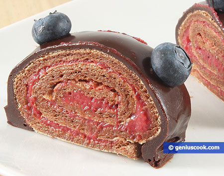Шоколадно-меренговый рулет с земляникой