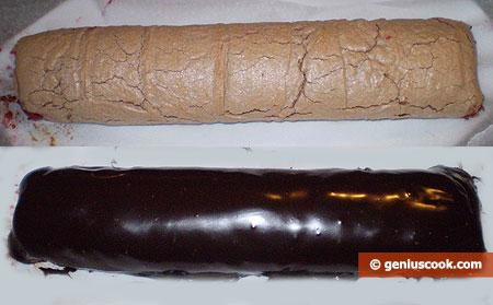 Меренга свёрнута в рулет и покрыта шоколадом