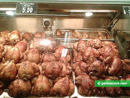 Цыплята гриль, которых запекают на открытом огне