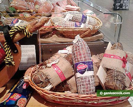 Разная сыровяленая  ветчина, колбасы, салями
