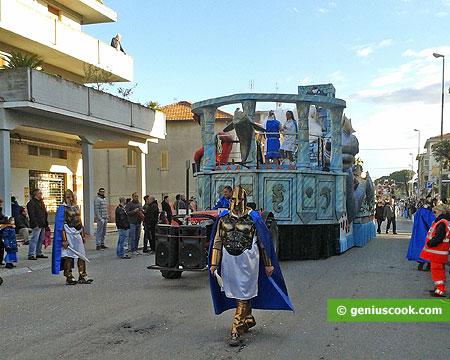 Приближается карнавальная процессия