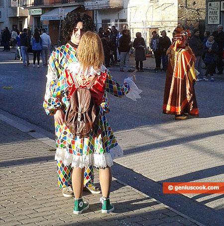 Парочка в костюмах клоунов