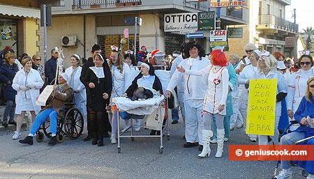 Странная группа врачей, монашек, больных