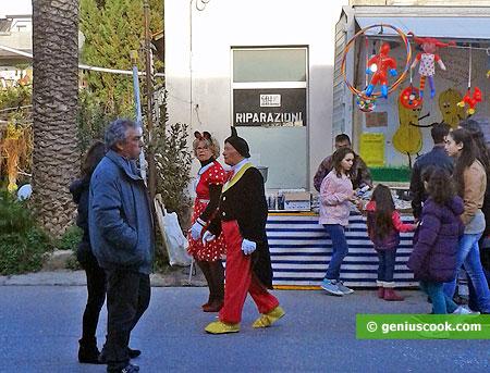 Разодетая пара спешит на карнавал