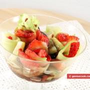Салат- коктейль из клубники и огурцов