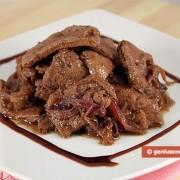 Печень тушёная с красным вином и луком