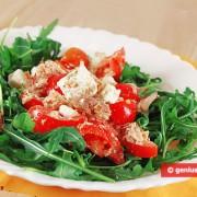 Салат с тунцом, сыром и рукколой
