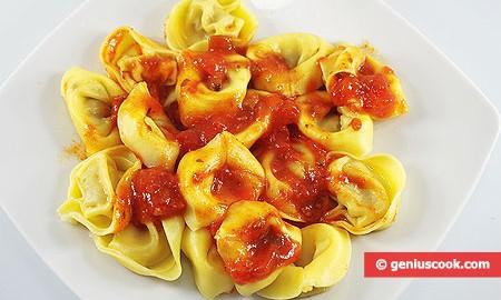 Тортеллини с грибами и сыром в томатном соусе