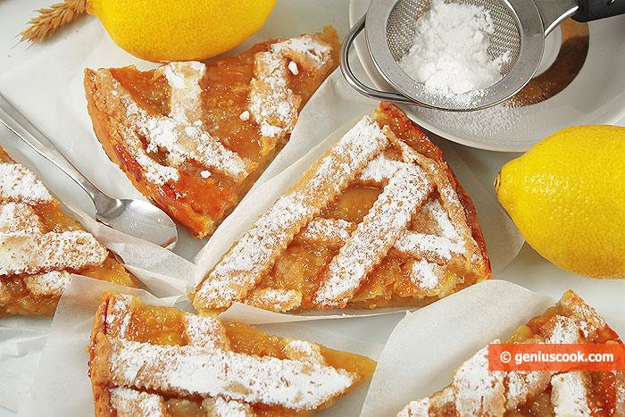 Готовый лимонный пирог посыпаем сахарной пудрой